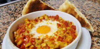Mancare traditionala Spania: oua cu carnati si ciuperci