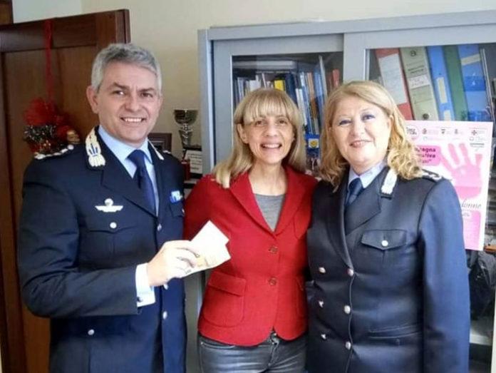 Polițiștii și femeia care a pierdut banii Foto: ravennatoday.it