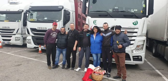 Inițiatoarea campaniei, Adriana Mureșan, alături de câțiva colegi, șoferi de TIR FOTO: Adriana Muresan/Facebook