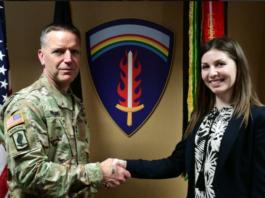 Gen. mr. Andrew Rohling și Georgiana Cristina Moisă FOTO: Robert Sekula, US Army
